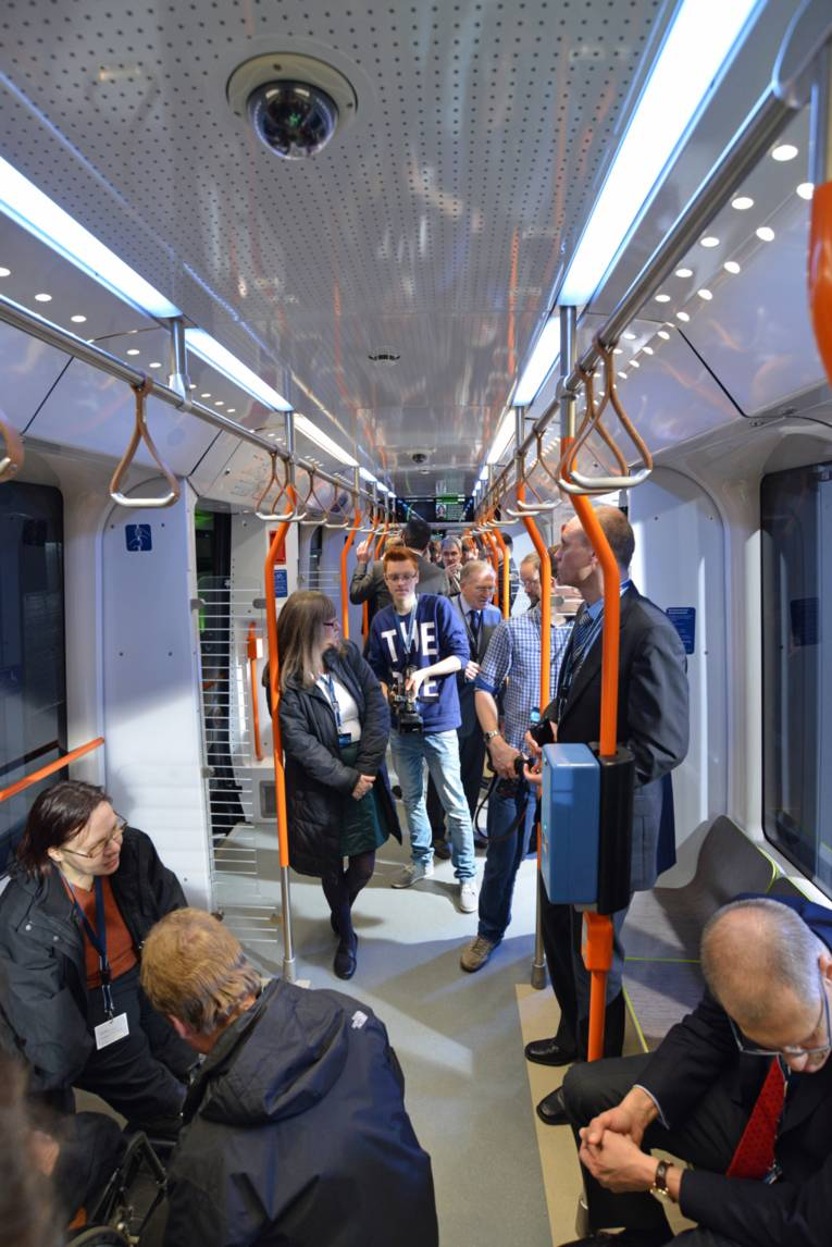 Menschen in Stadtbahn