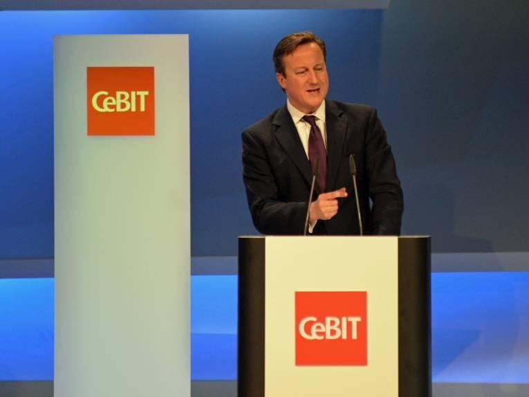 Ein Mann hinter einem Rednerpult.