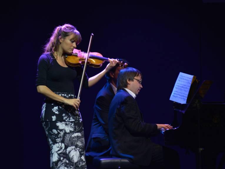 Eine Violinistin und ein Mann am Klavier.