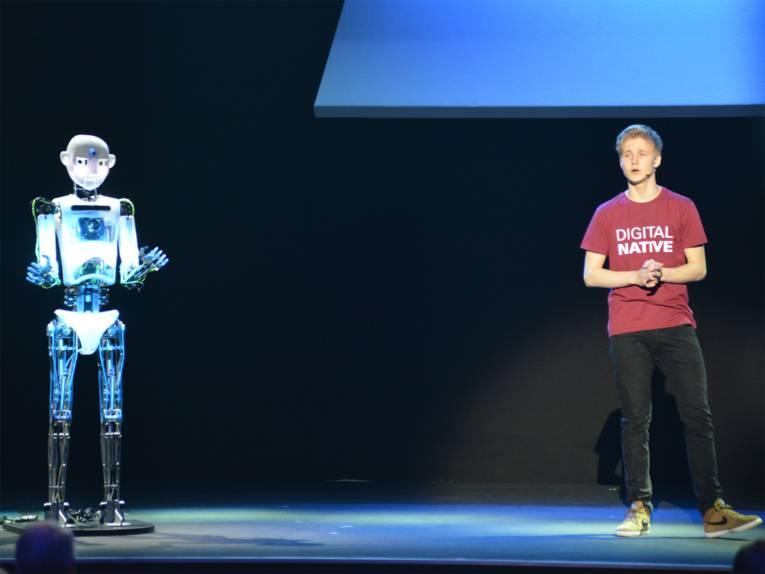 Ein Mann und ein Roboter auf einer Bühne