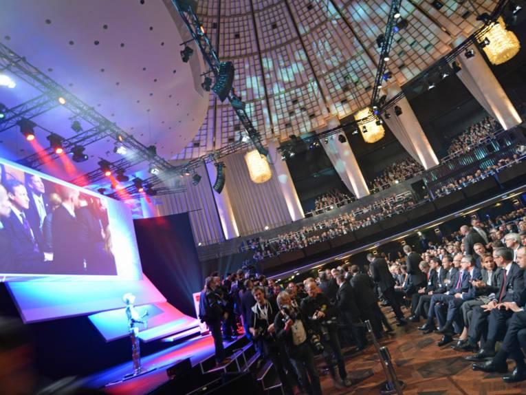 Ein großer Saal mit vielen Menschen.