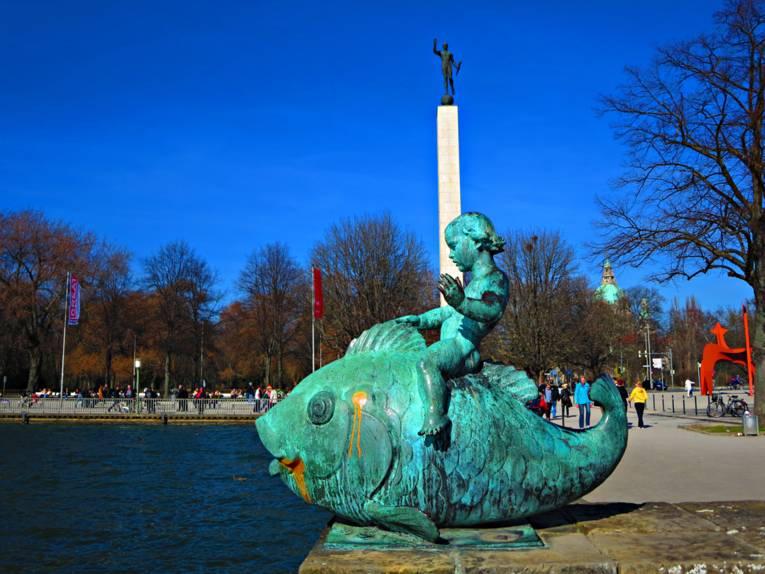 Fisch-Skulptur an See.