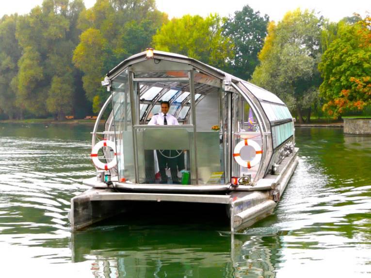 Solarboot mit Kapitän auf dem Maschsee