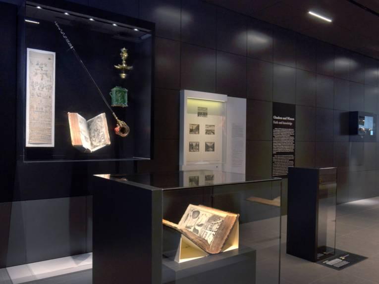 Verschiedene religiöse Gegenstände im Verbindungsgang des Museums Schloss Herrenhausen