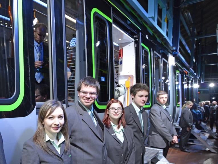 Menschen vor Stadtbahn