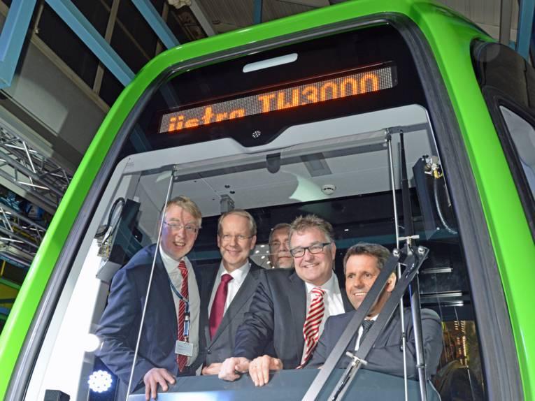 Fünf Männer im Fahrerstand einer Stadtbahn