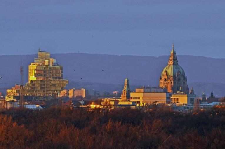 Blick von der Walstation auf das Neues Rathaus und das Nord LB-Gebäude