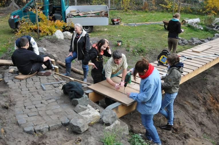 Jugendliche beim Bau einer Brücke