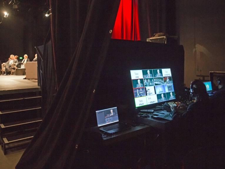 Blick auf den Arbeitsplatz des Bildregisseurs hinter der Bühne
