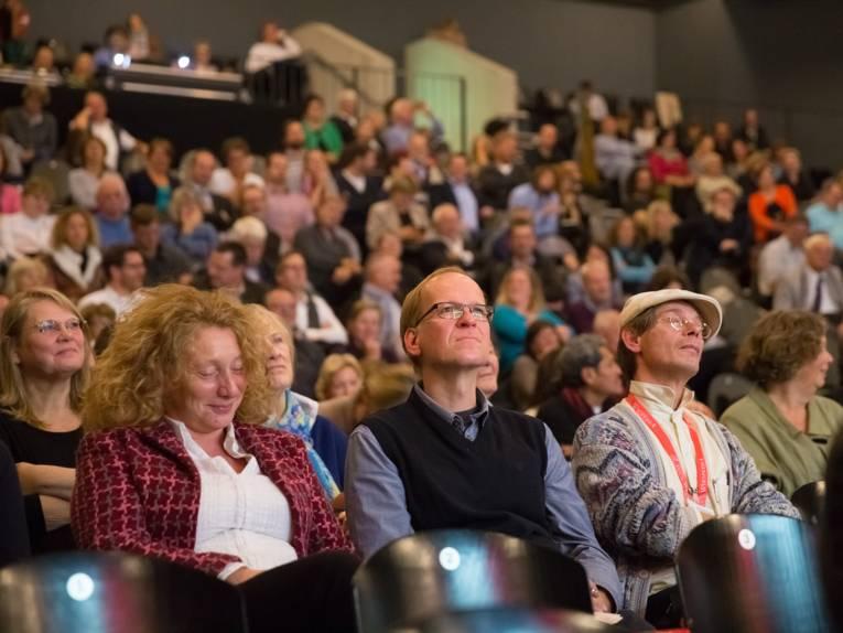 Blick auf die Zuschauerränge im Pavillon