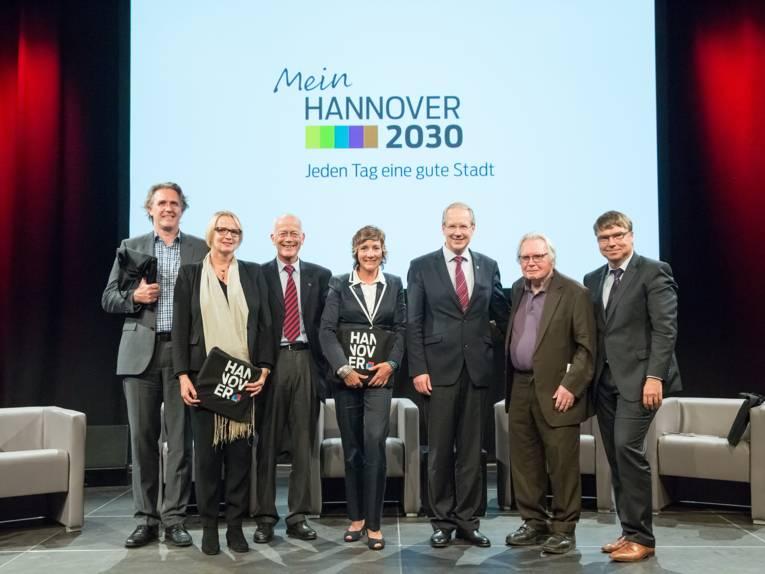 Gruppenfoto: Oberbürgermeister Stefan Schotok und die ExpertInnen