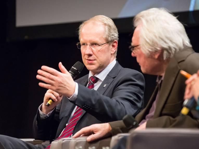 Oberbürgermeister Stefan Schostok beantwortet eine Zuschauerfrage