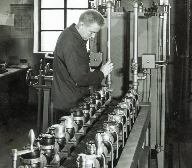 Mann an technischen Greät (Schwarz-Weiß-Fotografie)