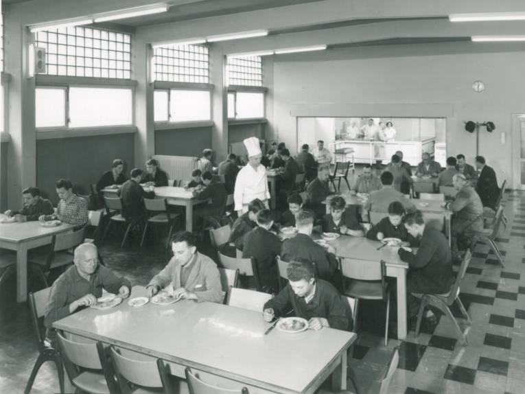 Männer sitzen in Kantine (Schwarz-Weiß-Fotografie)