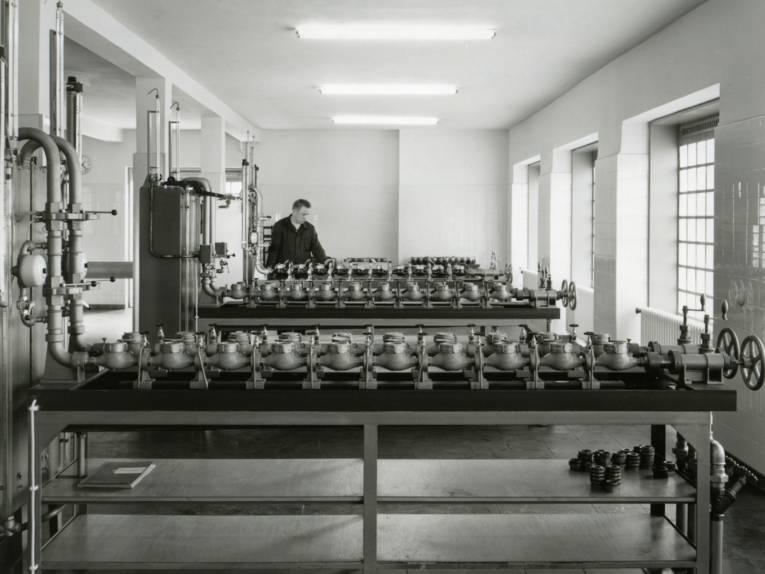 Mann an technischer Anlage (Schwarz-Weiß-Fotografie)