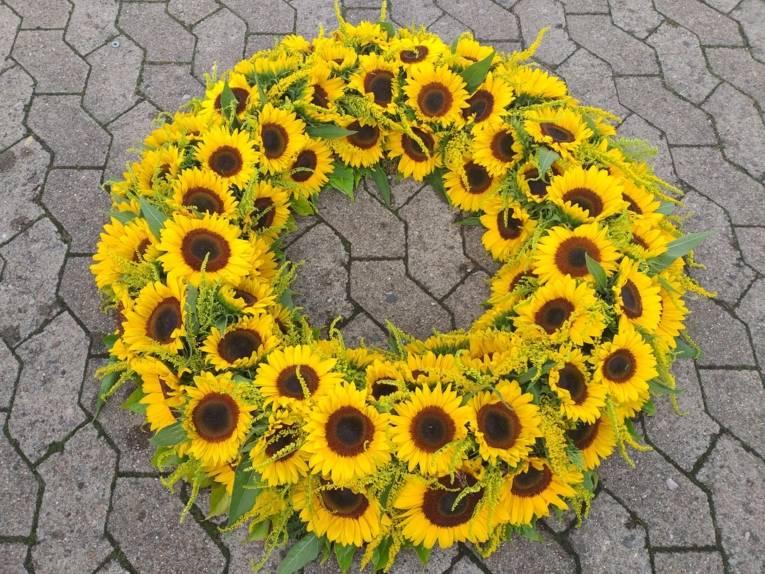 Ein Trauerkranz aus Sonnenblumen.
