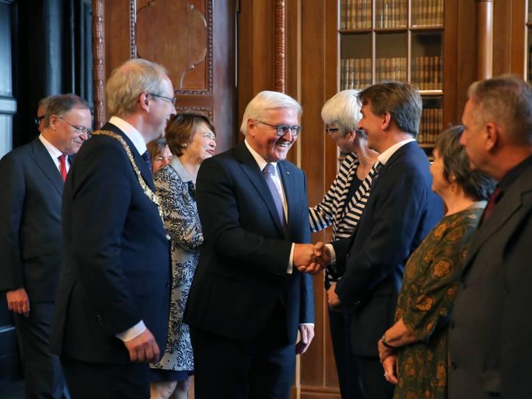 In der Ratsstube begrüßte Steinmeier auch die Vorsitzenden der Ratsfraktionen