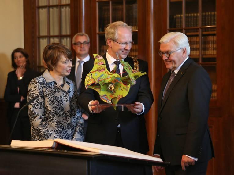 Als Gastgeschenk erhielt Frank-Walter Steinmeier eine große Stadtskulptur aus Acrylglas des hannoverschen Künstlers Franz Betz