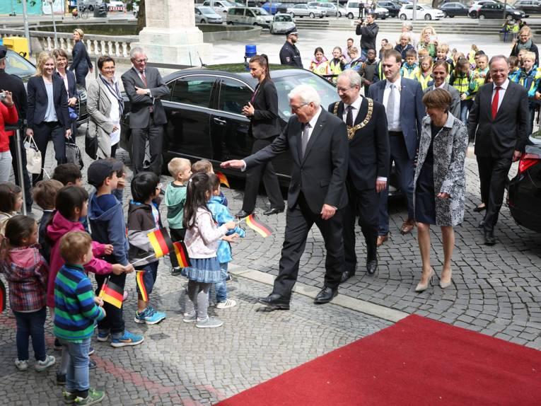 Kinder der Kita am Trammplatz begrüßen den Bundespräsidenten