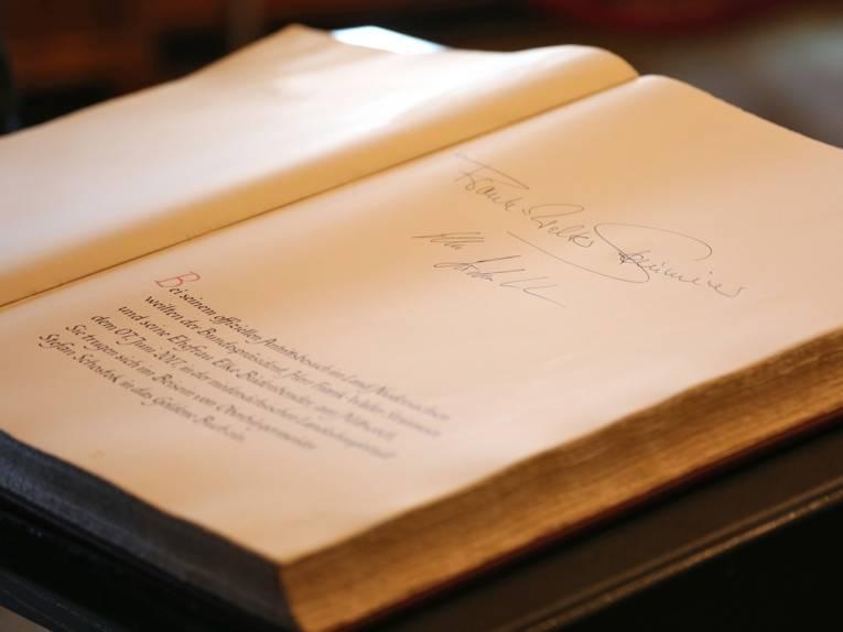 Die Unterschriften Frank-Walter Steinmeiers und Elke Büdenbenders im Goldenen Buch