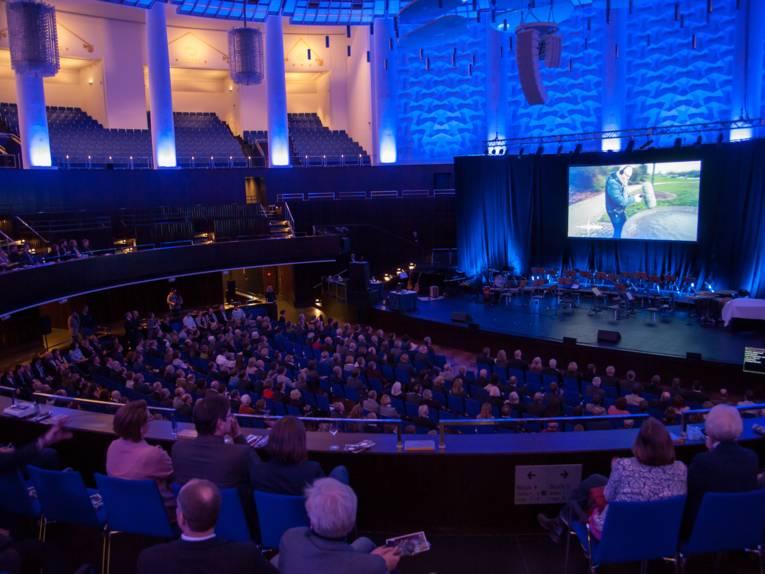Blick von oben auf die Sitzreihen des Kuppelsaals.