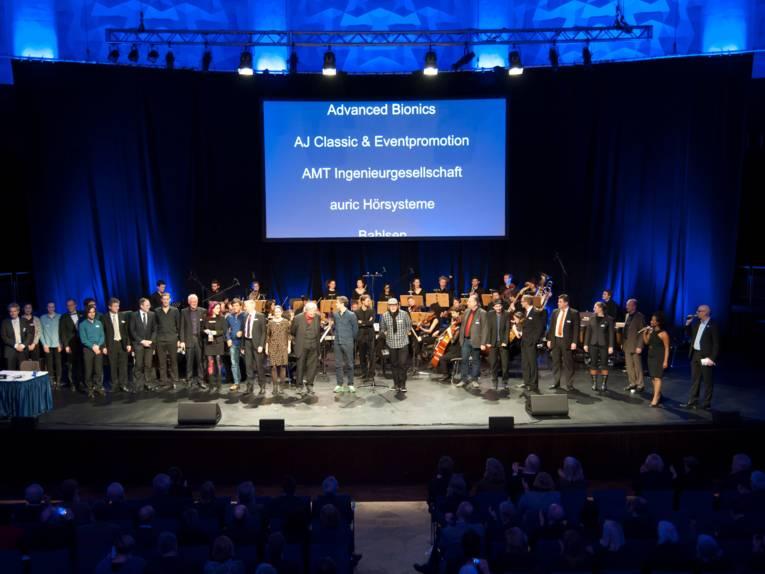 Viele Akteure stehen zum Abschluss des Programms gemeinsam auf der Bühne.