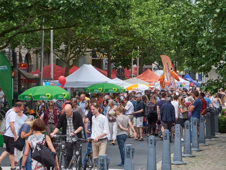 Besuchergedränge auf der Georgstraße: Hier haben die verschiedenen politischen Parteien Informationsstände aufgebaut.