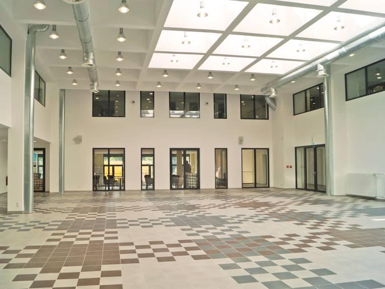 Ein Blick durchs Foyer in Richtung Cafeteria