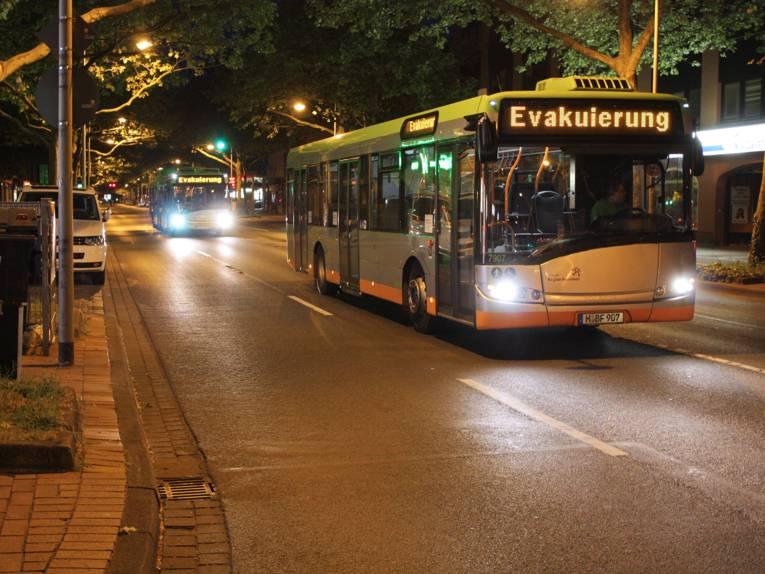 Zwei Evakuierungsbusse