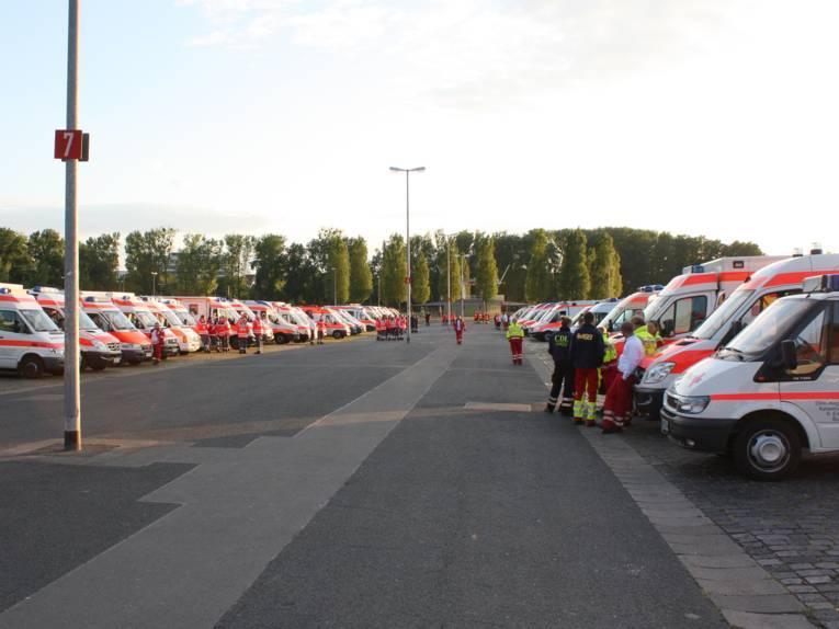 Die Einsatzfahrzeuge der Hilfsorganisationen auf dem Schützenplatz