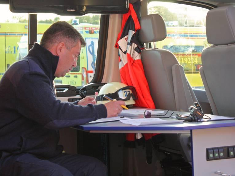 Ein Helfer der Johanniter in einem Einsatzwagen