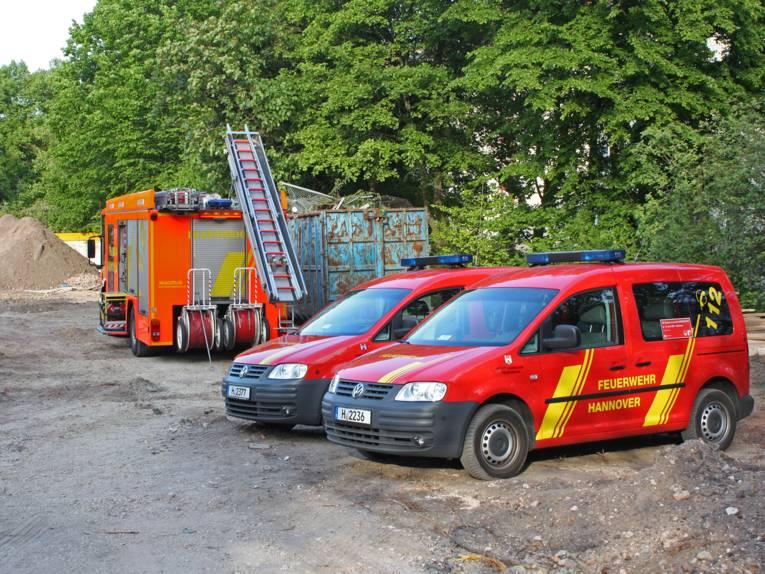 Einsatzfahrzeuge der Feuerwehr nahe der Fundstelle