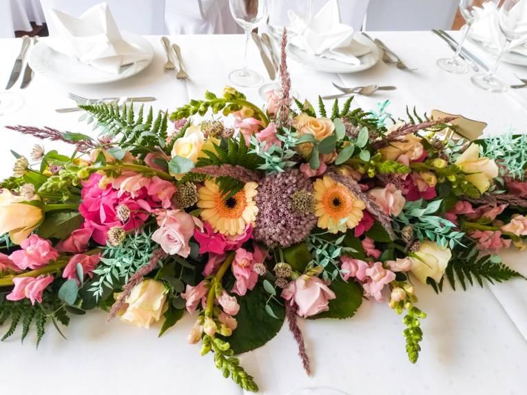 Blumenschmuck auf einem Tisch.