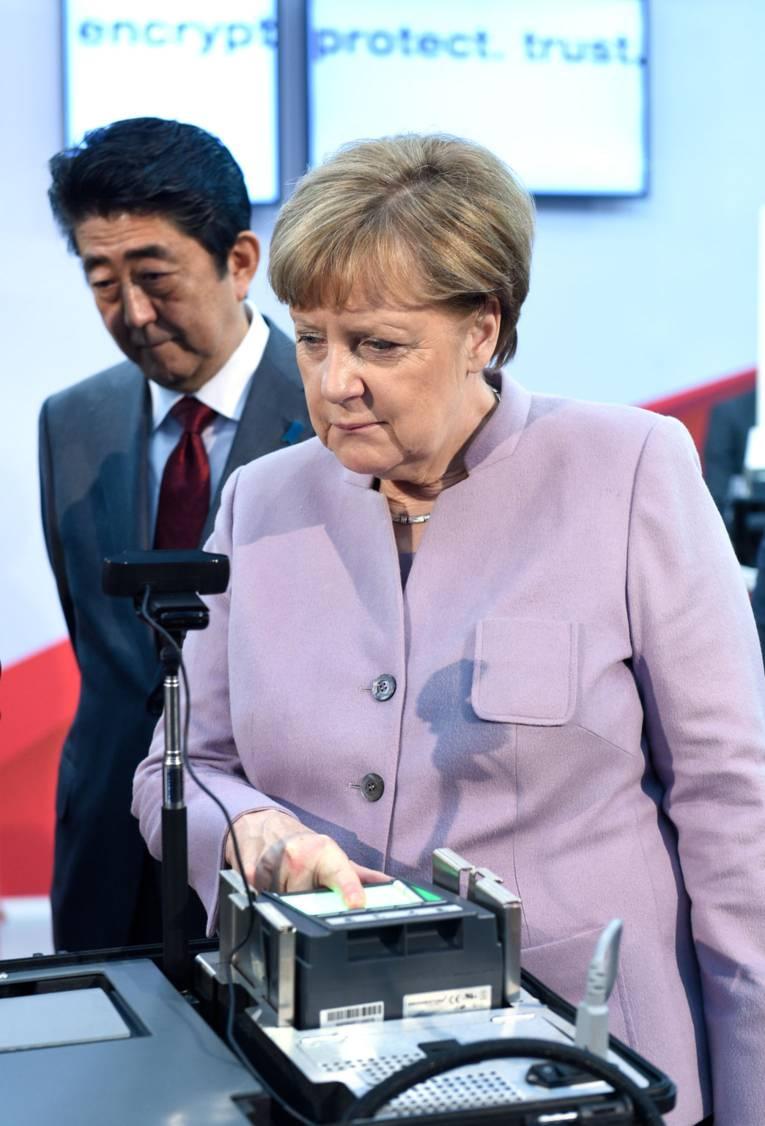 Frau legt ihren Finger auf ein Gerät