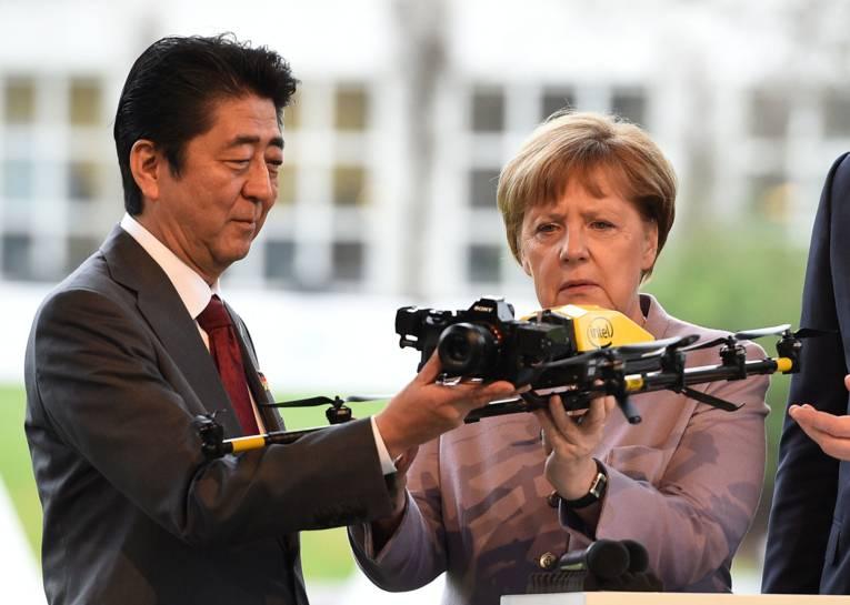 Mann und Frau halten ein Fluggerät in den Händen