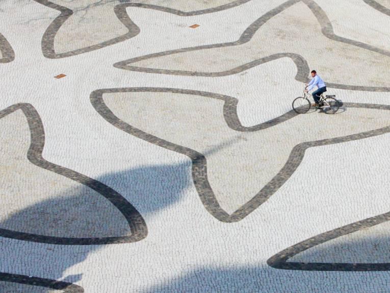 Ein Radfahrer überquert den Trammplatz