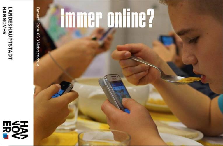 Jugendliche, die beim Essen auf Ihr Handy, und nicht auf den Teller konzentriert sind
