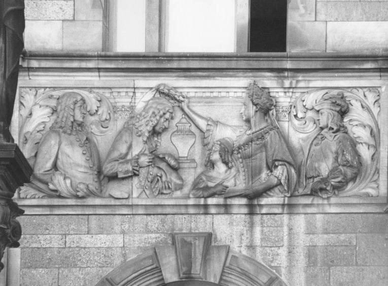 Relief, das zeigt wie eine Frau einem Mann einen Lorbeerkranz aufsetzt.