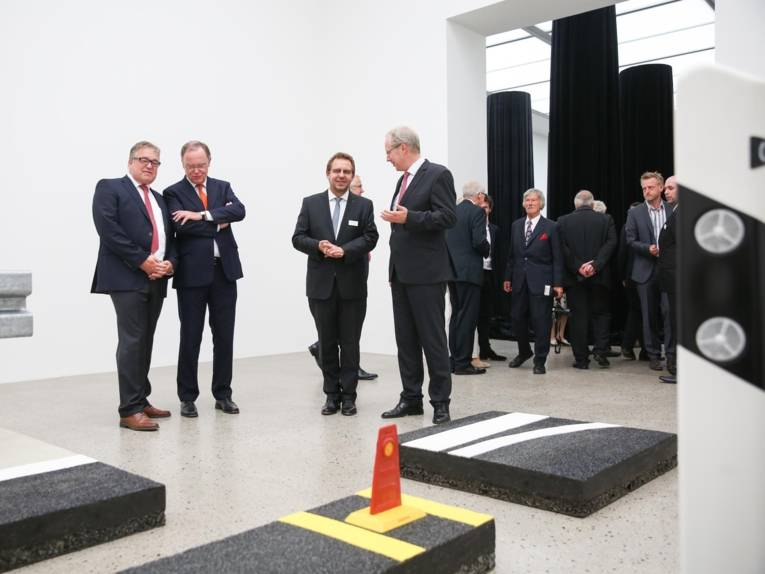 Museumsdirektor Reinhard Spieler führt Ministerpräsidenten Stephan Weil, Oberbürgermeister Stefan Schostok und Regionspräsidenten Hauke Jagau durch die Ausstellung