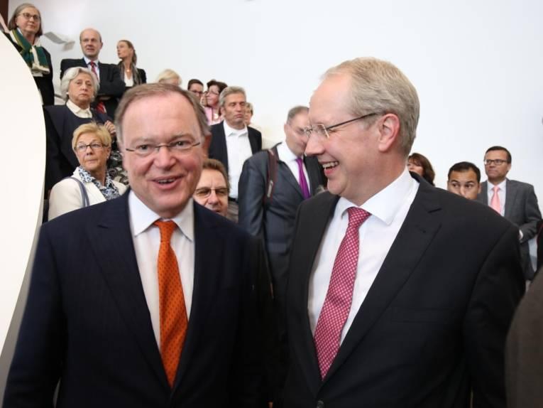 Ministerpräsident Stephan Weil und Oberbrürgermeister Stefan Schostok beginnen den Rundgang durch den Erweiterungsbau