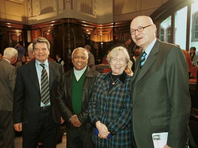 2000 bei den HANNAH ARENDT TAGEN zu Gast: Dr. Joachim Gauck, Prof. Dr. Neville Alexander und Prof. Dr. Jutta Limbach – hier mit dem damaligen Oberbürgermeister Herbert Schmalstieg