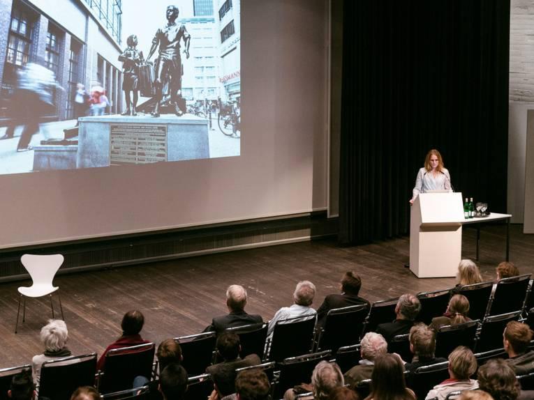 Cesy Leonard bei ihrer Performance Lecture im Sprengel Museum Hannover