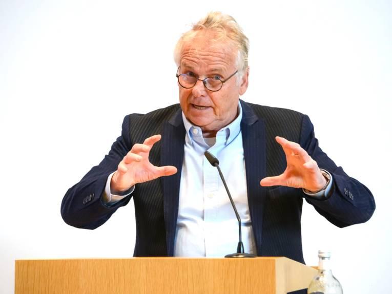 Ein Mann hält einen Vortrag