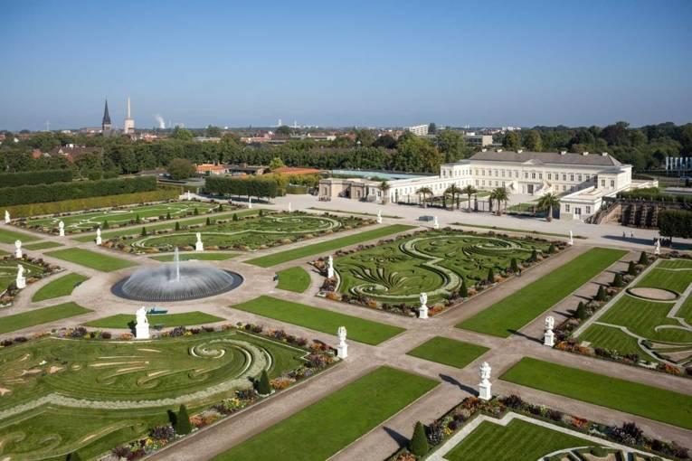 Eine Luftaufnahme des Großen Gartens mit Schloss Herrenhausen