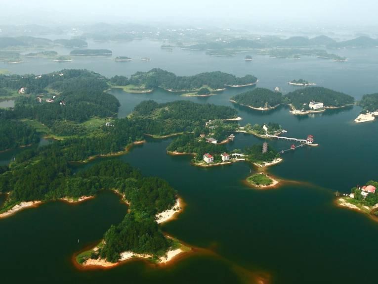 Blick aus der Luft auf ein Seengebiet