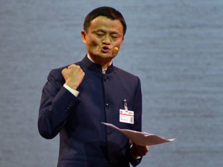 Mann hält eine Rede.