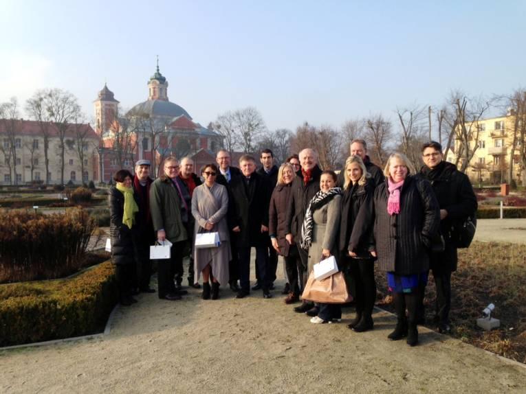 Gruppenfoto mit 16 Personen in einem Park.