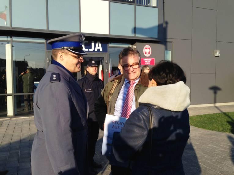 Mehrere Personen stehen vor der neuen Polizeistation in Poznan.