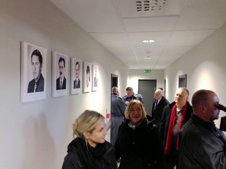 Erste Gäste gehen durch die vor Kurzem eröffnete Polizeistation in Poznan.