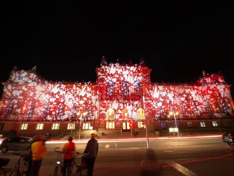 Rot angestrahltes Gebäude